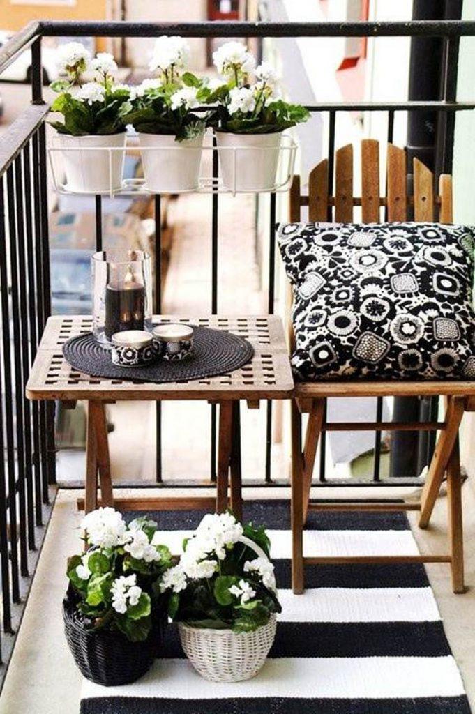 Siyah-beyaz-balkon-dekorasyonu